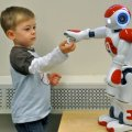Niños autistas atienden más al robot que a humanos